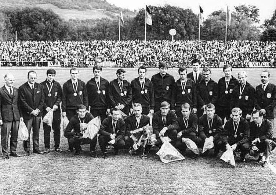 Unvergessen. Immer in unseren Herzen. Der FC Carl Zeiss Jena erringt vor 50 Jahren zum 3. Mal die DDR-Meisterschaft. Wir sagen DANKE an die Helden von 1970. 💙💛⚪️ #FCC #MehrAlsFussball #FCCfussballtradition