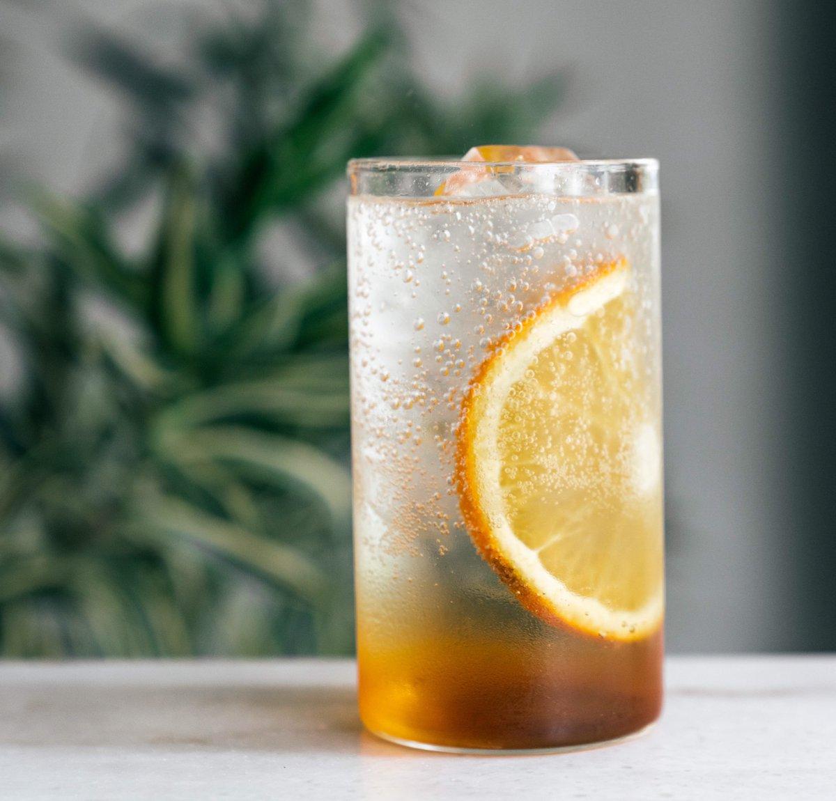 J_O CAFEの新ドリンク、ほうじ茶SPARKLINGをシースルーで見るとこんな感じです。(実際のオレンジはくし切りです)爽やかながらも、ほうじ茶の香りをしっかり感じられるドリンクとなっておりますので、J_O CAFEに行かれた際は是非!ちなみに私は連続3杯はいけます笑#J_O_CAFE