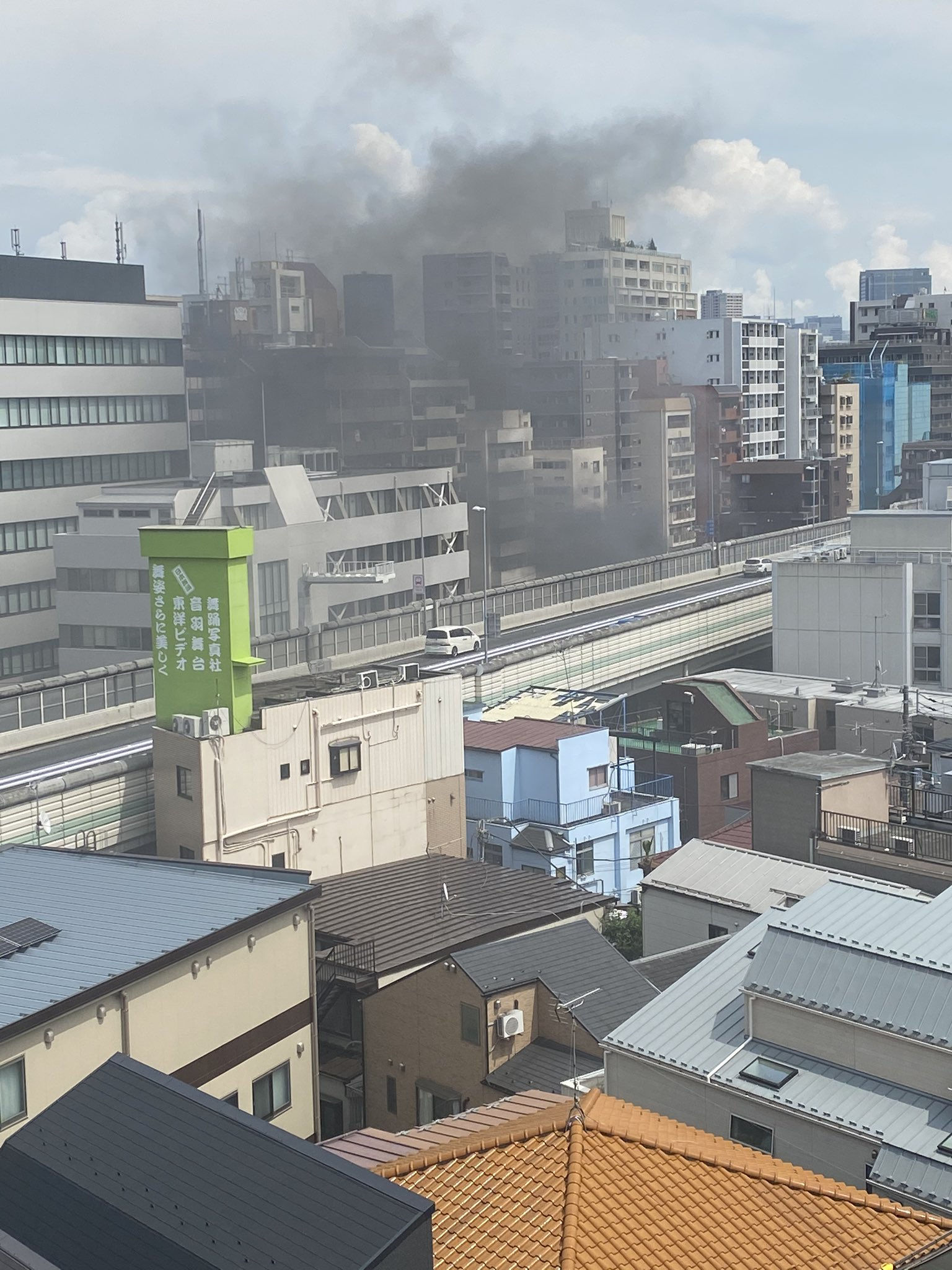 文京区音羽の建物で大きな火事が起きている現場の画像