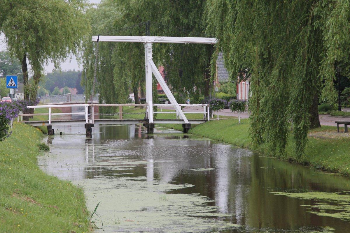 """0740 #random #picoftheday Hängebrücke in Papenburg (ja, das mit der Werft). Guten Morgen in ein schönes Pfingstwochenende! Ich werde es genießen, drei Tage """"frei"""" zu haben – also nicht zur Bestrahlung zu müssen. pic.twitter.com/SBchpVpX9i  by Arzt_und_Patient"""