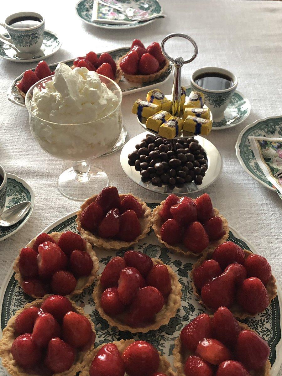 Guten Morgen  wünsche allen ein schönes Wochenende. Vielleicht gibt es bei Euch auch leckeren Kuchen    pic.twitter.com/WW5yFEUUG3  by Transit Magazin