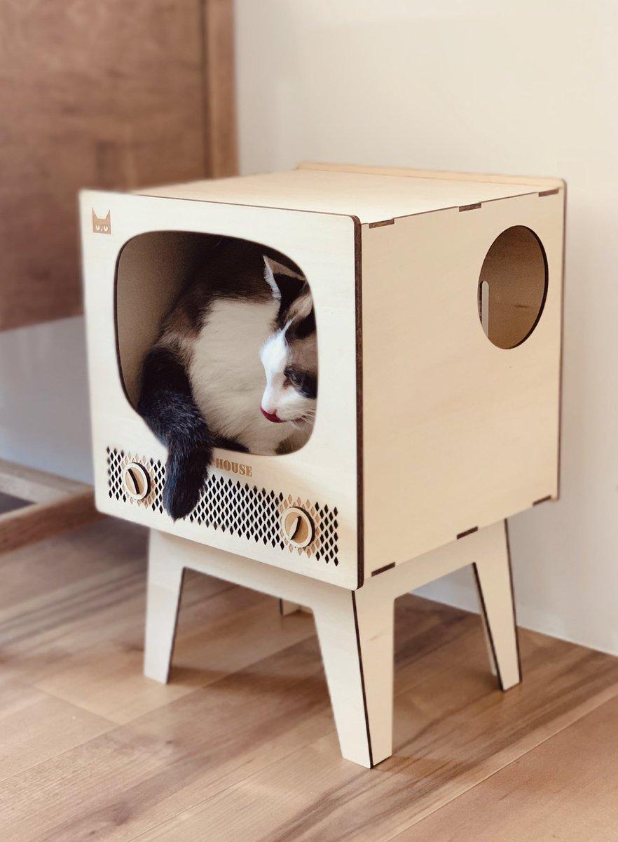 レトロテレビ型の猫ハウス!届いた!猫インした!みて!!めちゃオシャかわ!じゃないです!? 黒ねこ意匠さん×k452さんコラボの試作品。5/30日夜の22時から、 で受注生産の受付はじめるそうです。インテリアになる猫グッズ、まってた!この需要、もっと広まれ!