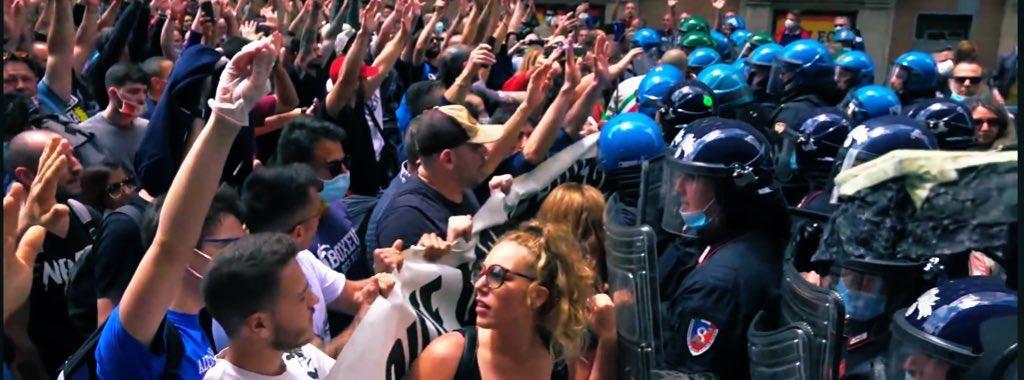 #30maggio #Roma centinaia di italiani stanno protestando contro un Governo abusivo che ci sta riducendo alla fame. Polizia in assetto anti sommossa di fronte a cittadini con mani alzate che gridano LIBERTÀ. Dalla parte del popolo italiano contro questa DEMOKRATICA dittatura.pic.twitter.com/T0CmDSZnxg