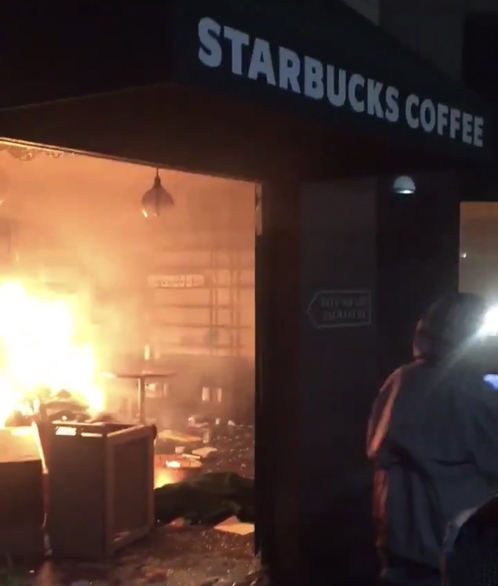 #Starbucks on fire in #Seattle due to protest in the US. stay safepic.twitter.com/h9b4RbO8oR