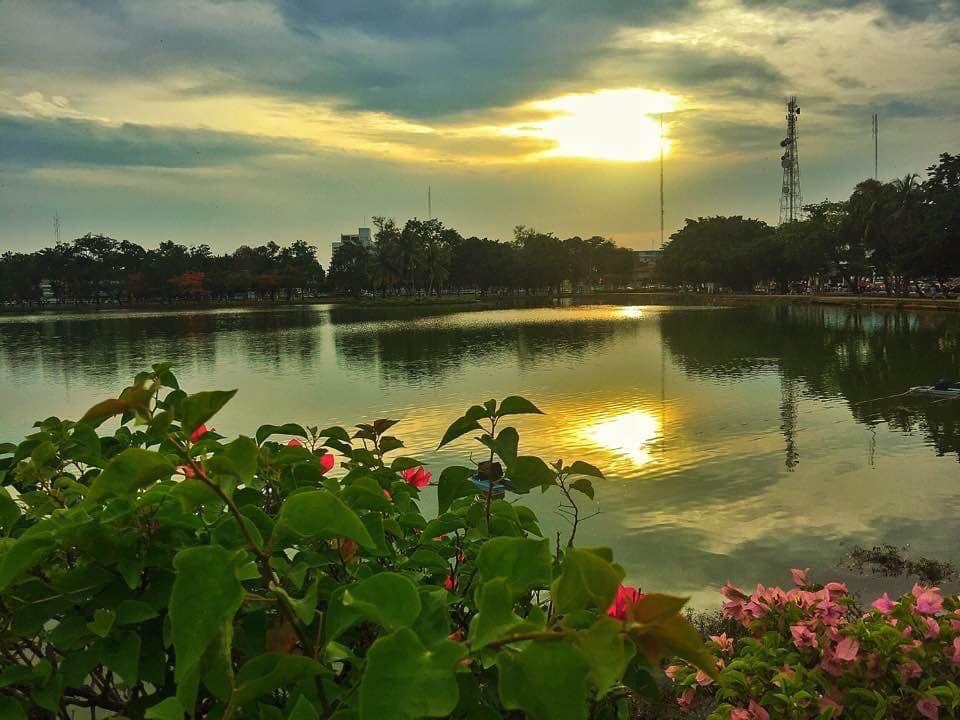 Anocheciendo en el lago central de Chanthaburi capital.  Chanthaburi (en tailandés: จันทบุรี) es una de las provincias de Tailandia situada en el este del país y que limita con las provincias de Trat, Rayong, Chonburi, Chachoengsao y Sa Kaeo. Al este se con la frontera camboyana. pic.twitter.com/qf9LTQeMHi