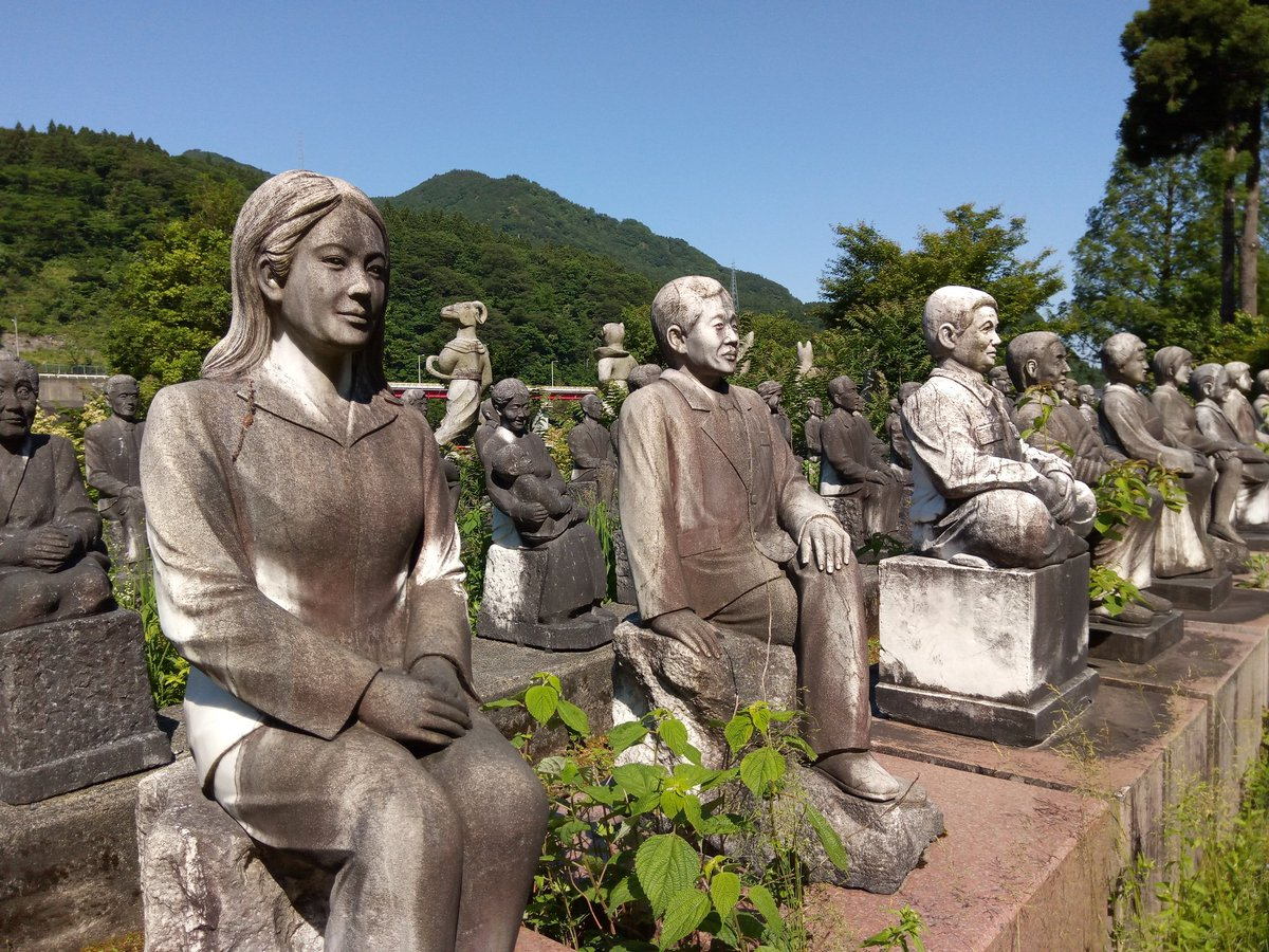 Creepy village of statues in #Toyama #Japan #富山  #ふれあい石仏の里pic.twitter.com/Iic2Liaotx