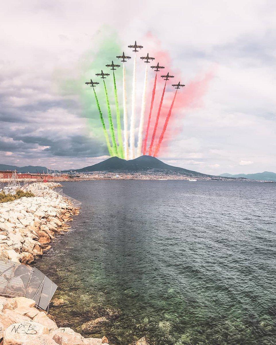 #28maggio #Napoli #Vesuvio #AbbraccioTricolore #FrecceTricolori #Italia #AeronauticaMilitare @FrecceTricoFan @ItalianAirForce @NapoliDaVivere @VesuviusPark