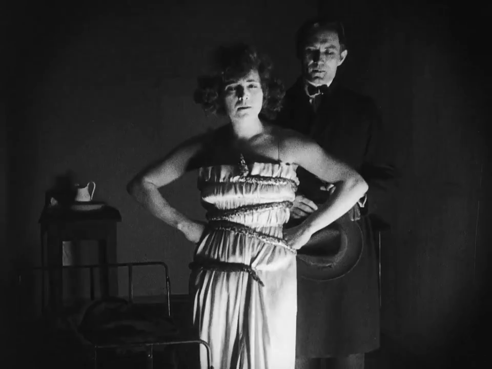 A proto-femme fatale and a #flapper with quizzing glasses: Cara Corozza the dancer in Dr. Mabuse the Gambler (1922).  Aud Egede-Nissen was born #otd (30 May 1893 – 15 November 1974). #WeimarCinema #femmefatale #Silentfilm #Girlpowerpic.twitter.com/hFwO7YQCVg