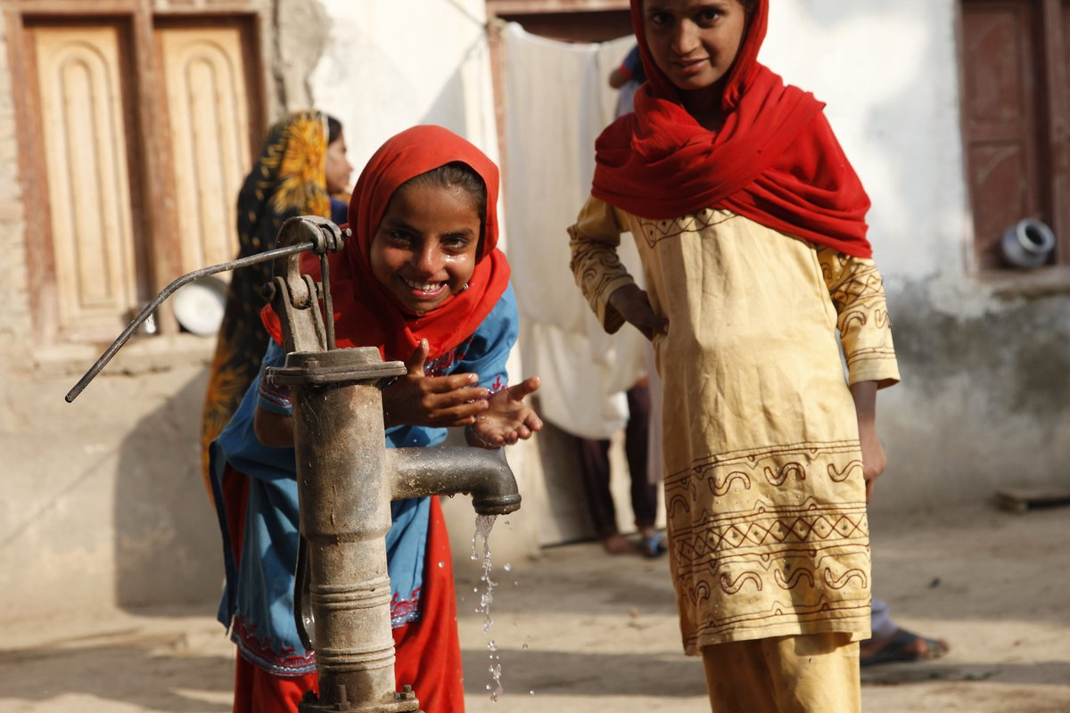 REMEMBER the TARGETS ➡️#SDGs 6.1: By 2030, achieve universal and equitable access to safe and affordable drinking water for all. #TeachSDGs @TeachSDGs @SDGoals @SDG2030 @UNDP_India Photo: @DFID_UK