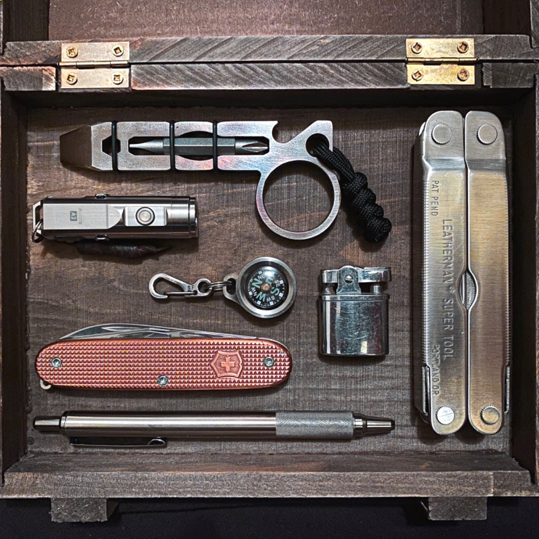 Oscar in California's all-metal minimal #EDC is still capable of taking on heavy duty tasks, particularly with the addition of a mini pry bar.  https://everydaycarry.com/posts/39376/heavy-duty?utm_source=twitter&utm_medium=twitter&utm_campaign=twitter…pic.twitter.com/RfefMNfzmC