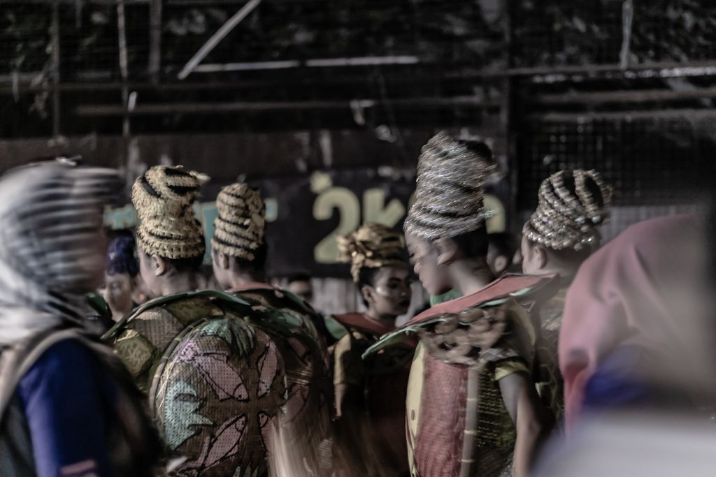 Act : Sundanese Cult 5 _______________________________________ 𝗟𝗼𝗰𝗮𝘁𝗶𝗼𝗻: Bogor, West Java, Indonesia 𝗗𝗮𝘁𝗲 𝗼𝗳 𝗣𝗼𝘀𝘁𝗶𝗻𝗴: 30/05/2020  #streetphotographers #streetphoto #storyofthestreet #streetshared #visualoflife #peopleinsquare #peopleinframe  #streetleakspic.twitter.com/VOJIManYsf