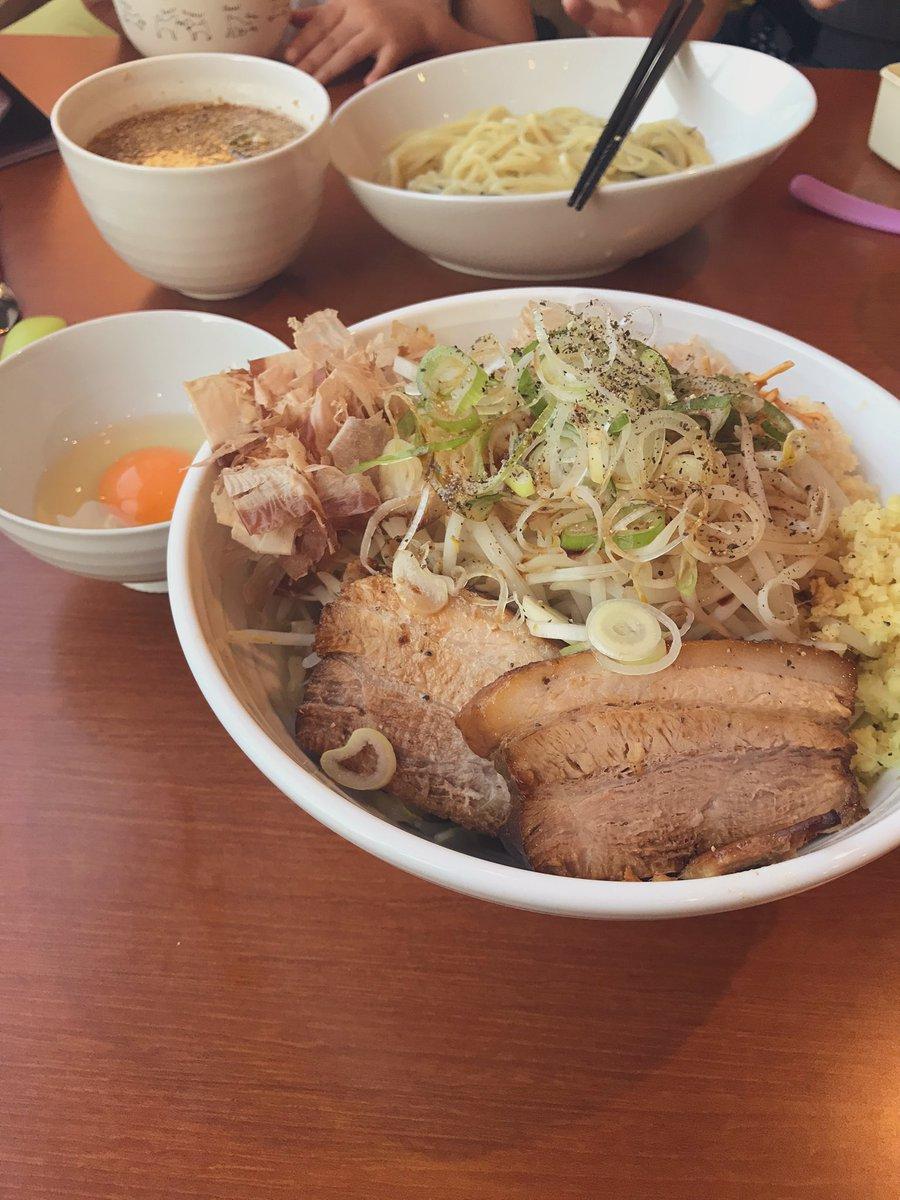 自家製麺しげ。  2週連続。  今日は待望の「汁なし」目当てに。  想像以上にうまい!  二郎インスパイアというよりは、しげらしい生姜ベースのさっぱりな感じで食べやすい。麺もこれ専用で平打ちでうまい!  マジで、しげのメニューで一番好きかも^_^  #福島ラーメン組っ! #福島市 #しげ https://t.co/razJGdmoAi https://t.co/vOROGoHEvS