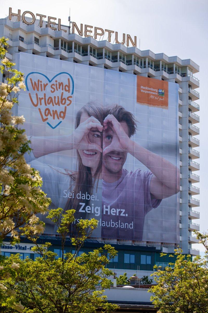 💥 Go big and go #outofhome: Das große Herzstück ❤️ unserer Akzeptanz-Kampagne #wirsindurlaubsland für @aufnachmv 🏖️🚣 40 x 40 Meter am @Hotel_NEPTUN ⚓ in #Warnemünde. Fortsetzung folgt on- und offline... 👀 #WERKstück 🔨 #Rostock#Pfingstwochenende #Werbeagentur