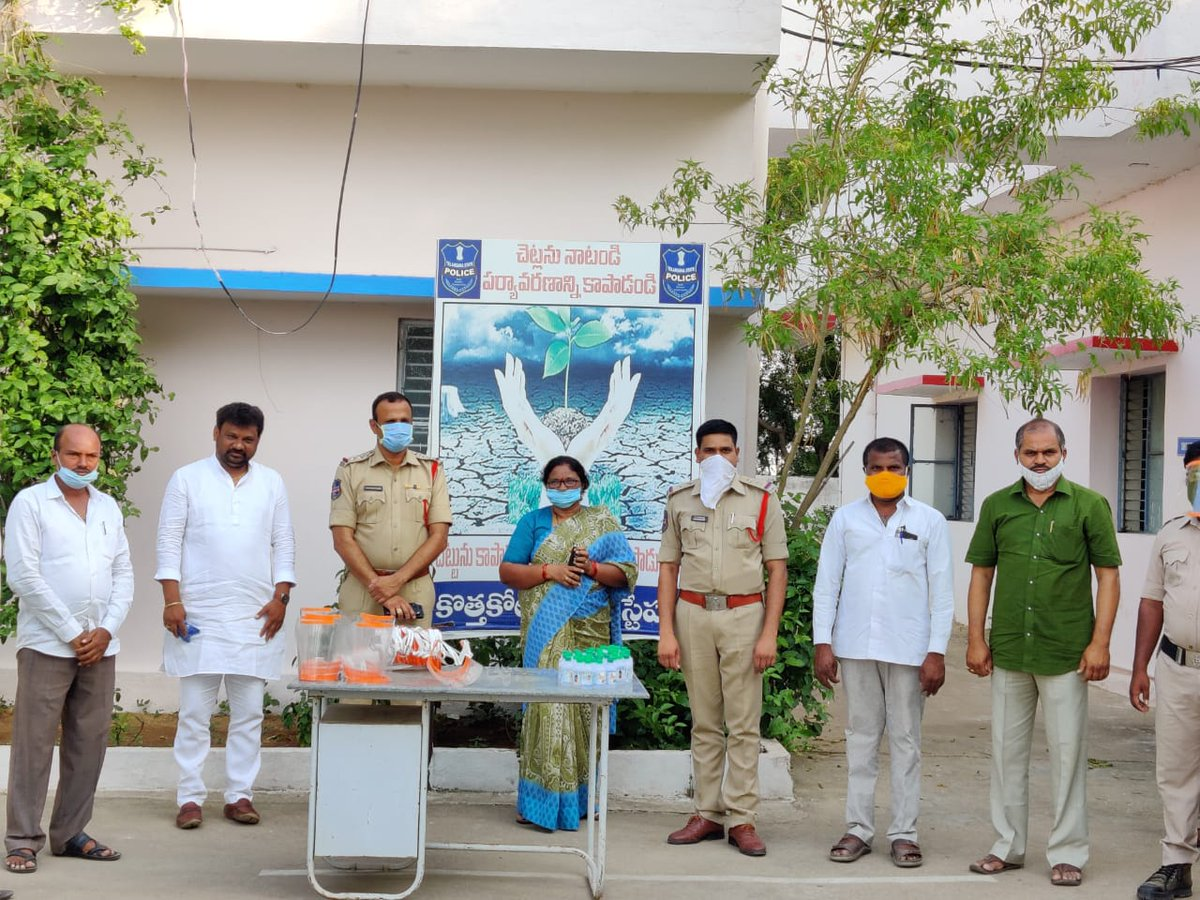 """RT IYC """".IYCTelangana, Nagarkurnool LYC President Shivasena Reddy and team dobated face protection shields, safety masks & hand sanitizer bottles to the police and media personnel in Kothakota Mandal, Wanaparthy District.  We thank the team for prote… pic.twitter.com/CW4CquPRUP"""""""