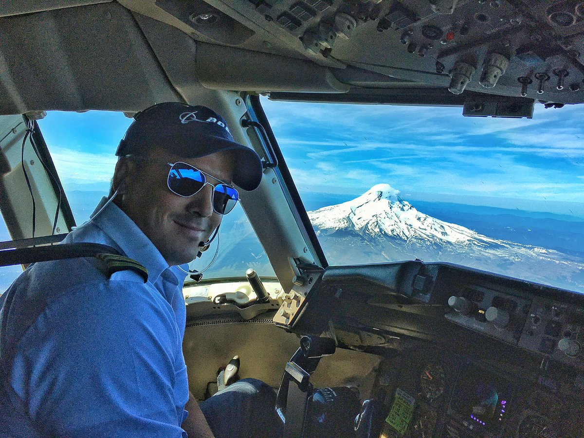 I was #photobombed on my descent into #Portland's @flypdx....by #MountHood no less!! #Oregon #airlinepilot #B767 #avgeek #aviation #pilot #avgeekspic.twitter.com/263aCAIirZ