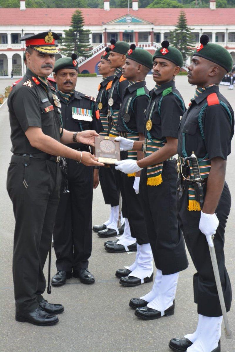 நீலகிரி மாவட்டம் வெலிங்டன் ராணுவ மையத்தில் 46 வார கால பயிற்சி முடித்த 324 ராணுவ வீரர்களின் அணிவகுப்பு மரியாதையை மையத்தின் கமான்டன்ட் பிரிகேடியர் ராஜேஸ்வர் சிங் ஏற்றுக் கொண்டு சிறந்த வீரர்களுக்கு பதக்கங்களை வழங்கினார். #TN #Nilgris #Army #Training #Medal #Commandant #TamilNadu https://t.co/dDx2YfLIHN