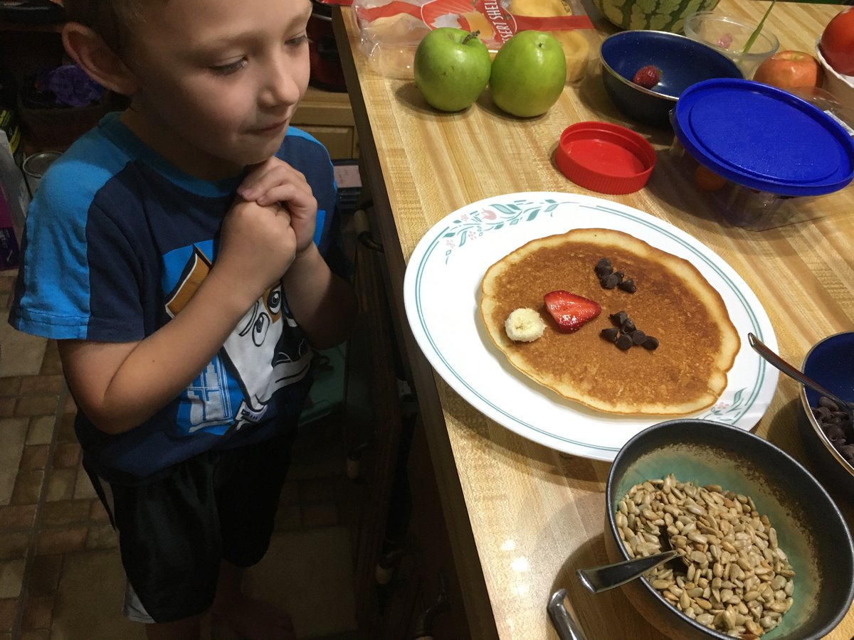A fun family morning making pancakes with faces.<br>http://pic.twitter.com/AbVl1CqS9b