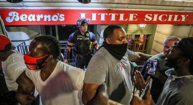 Сүргээсээ тасарсан цагаан арьстан цагдааг хар арьстангууд хамгаалан зогсож байх дор. #MinneapolisUprising #PrayforMinneapolis https://t.co/l492Yoi8hU