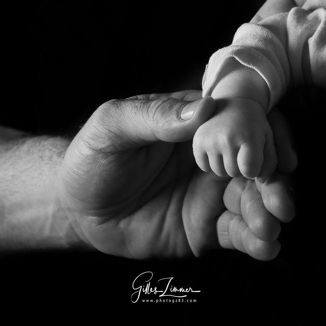 Une photo riche de symboliques la main d'un bébé dans celle de son papa ! Vous pouvez consulter ma page photographie de naissance sur :  https://www.photogz83.com/photographie-de-naissance…  #newbornbaby #photographedenaissance #main #mainsdebebe #ffpmipaca #ffpmioccitanie #zimmergilles_photographerpic.twitter.com/ZDr6ZgchhZ