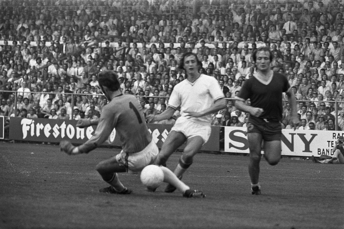 Goalkeeper #TonThie #JohanCruyff and #DickAdvocaat in the match between #Ajax and #ADODenhaag.   #ajaado https://t.co/8nfHYvJw9T