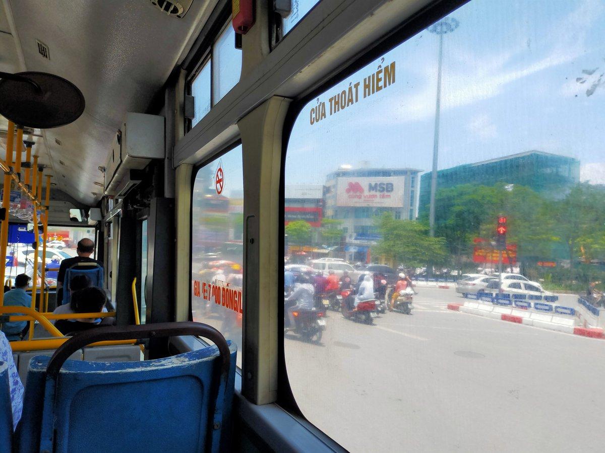 【ベトナム日常の1枚】ハノイ市営バスでお出かけ。ベトナムバスの車窓からパシャリ📸一律7,000VND(35円)/人でどこまでも!アプリの利用が便利です📱#ベトナム #バス #アプリ