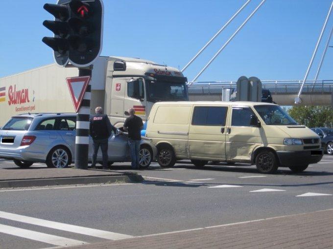 Aanrijding bij het Vlietpolderplein in Naaldwijk vanmiddag tussen twee voertuigen bleef beperkt tot wat blikschade. https://t.co/WnwY0vF1B8