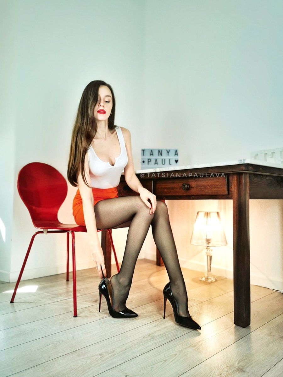 Can you help me with my ... #pantyhose #pantyandstocking #nylons #tights #collant #piernas #legs #HeelLover #heels #Louboutin #longhair #redlips #tightminiskirt #MiniSkirtBeauties #femininity #femininepic.twitter.com/zLrfSERNlH