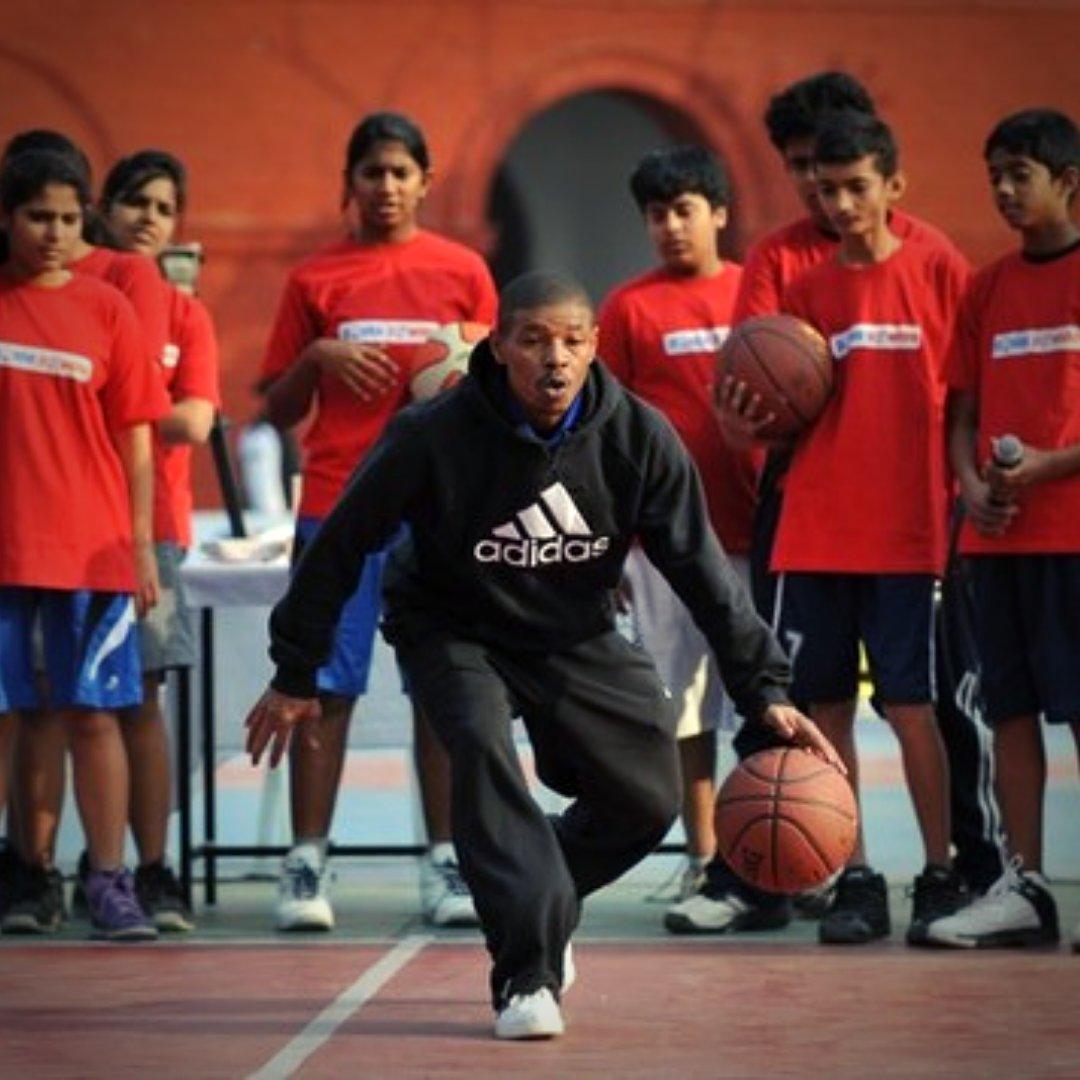 What makes for an engaging and fun #BasketballCamp experience? 🤔  . #heartoverheight #MuggsyBogues #Muggsy #Bogues #NBA #NBABasketball #NBALegend #NBAhistory #NBAChamps #NBAAllStar #basketballlegend #basketballneverstops #basketballLife #basketballLove #basketballLovers https://t.co/CbXCqG3PcA
