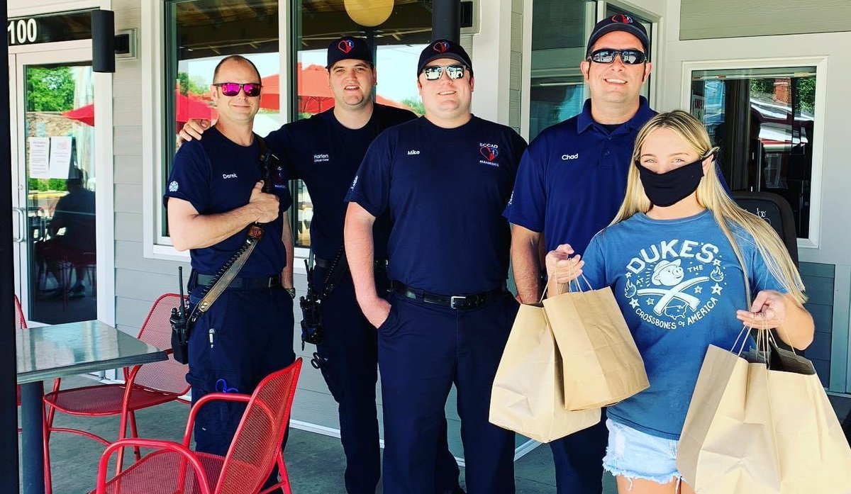 Our awesome neighbors at @DukesBBQShackMO invited the @WentzvilleMo paramedics over for lunch on the patio on this gorgeous Saturday. Thx for the kindness and the delicious food! pic.twitter.com/AHLLlJOWyg