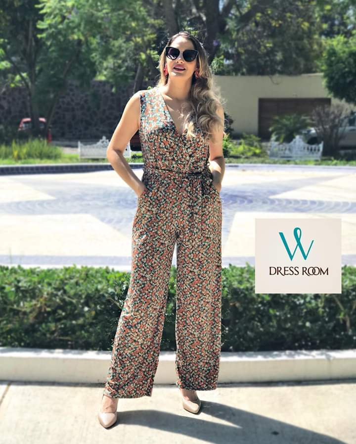 La mejor opción para lucir la primavera es un jumpsuit floreado en tendencia ❤️  #WhatsApp 📲 3318041567📱#outfitoftheday #lookoftheday #tflers #fashion #fashiongram #style  #SiempreGuapasConDressRoom #lookbook #outfit @ DRESS ROOM WhatsApp 📲3318041567