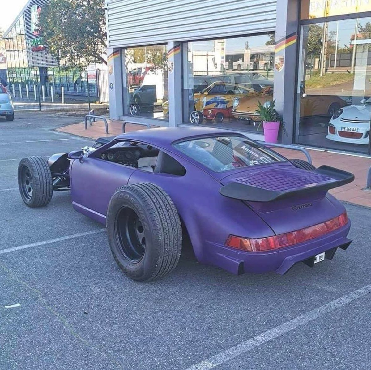 Respot from @xkillegal An interesting concept but, we think this has gone too far. What do you guys think? #dogscutetho  #porsche #ratrod #911 #bulldog #cute #whatiscar #crazy #hotrod #oloi #oloiinc