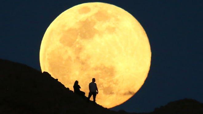 hello #moon<br>http://pic.twitter.com/ezuWaHGh1O
