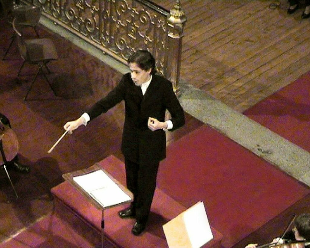 Throughback Saturday? Sure!!! This is me back in February 2006. Ave Verum from Mozart! Good times! Good hair too! Those were the days! Check the full video on YouTube! #goodhairdays #mozart #orchestra #choir #symphony #maestro #conducting. https://instagr.am/p/CA01DehAGQG/pic.twitter.com/Yb1bqdx0BG