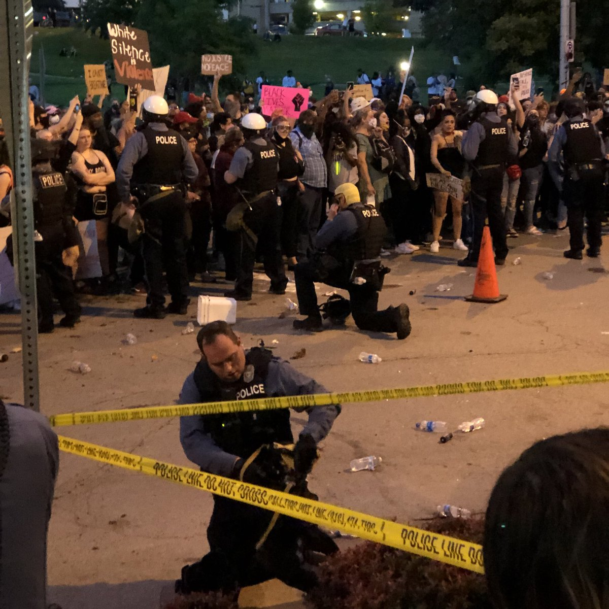 KC Police take their masks off and take a knee. Protestors erupt into applause. @41actionnews https://t.co/LDD0xEUIFl