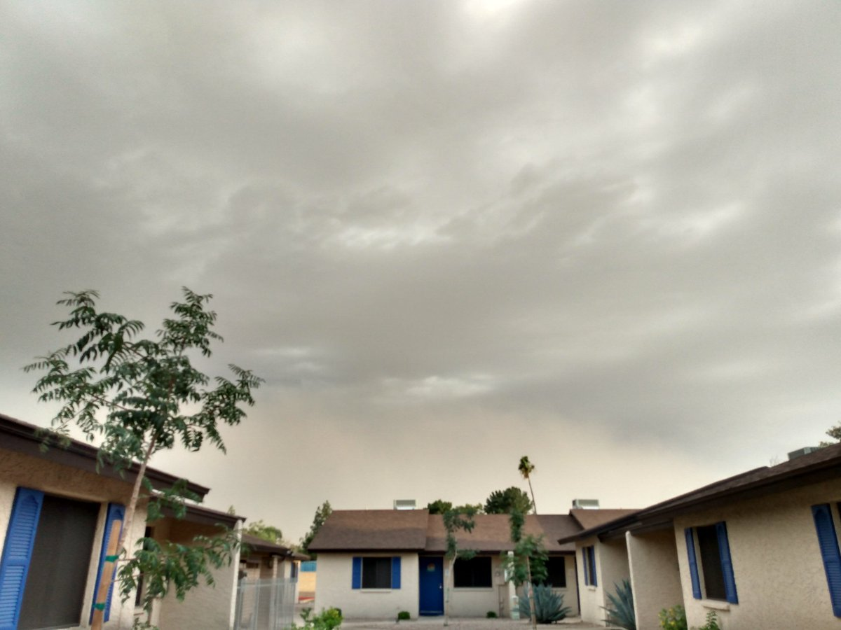 Crazy weather. Dust storm, rain nearby, in #Mesa in May. #2020 #Apocalypsepic.twitter.com/FG8IxrQbKN