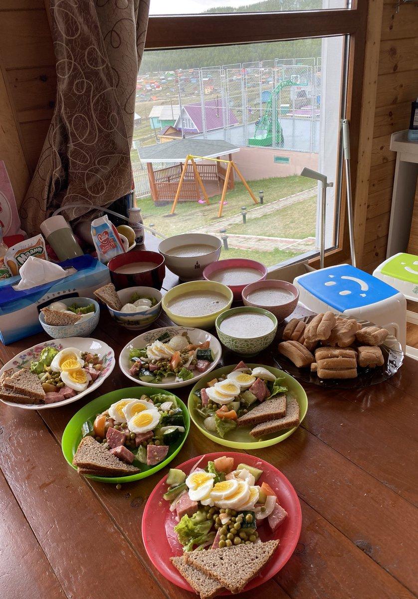 Өглөөний мэнд. Салат, борцтой, арвайн гурилтай, шар тос, шар будаатай, сүүтэй цай, боорцогтой. Гэр бүлээрээ сайхан амраарай. https://t.co/Qn2W5a5OaG