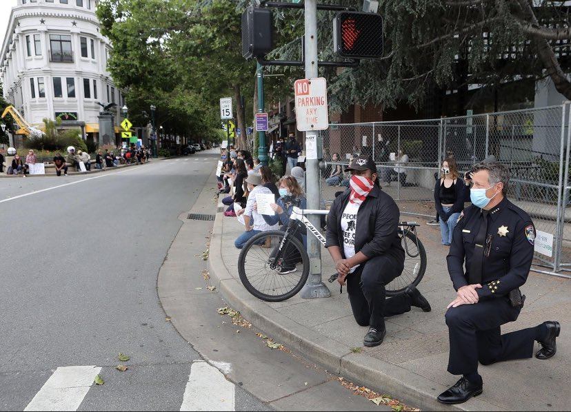 Powerful image of the protest in Santa Cruz this morning. Mayor Justin Cummings and Police Chief Andrew Mills took a knee in solidarity. (📷: Shmuel Thaler.)