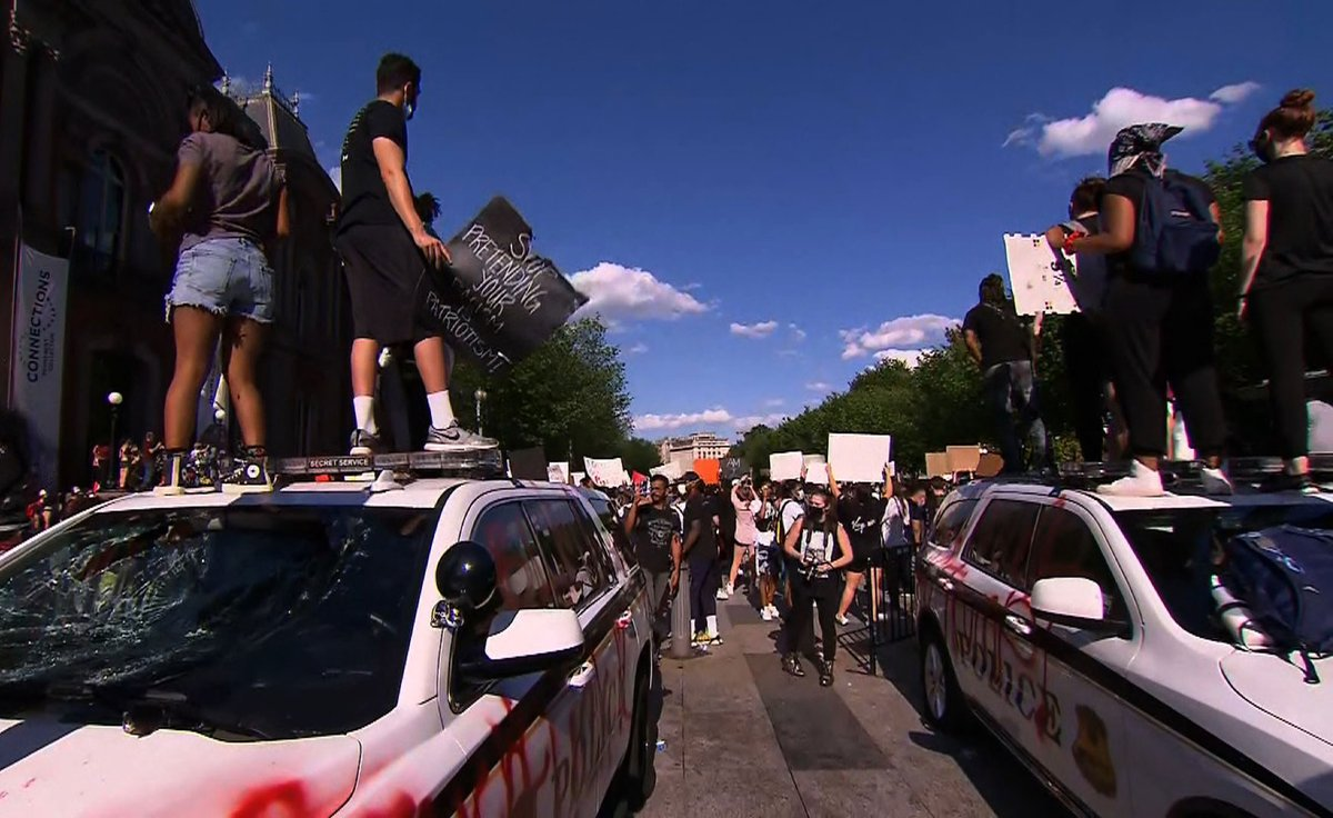 US Secret Service police vehicles have been vandalized outside the White House cnn.it/2TUs4HO