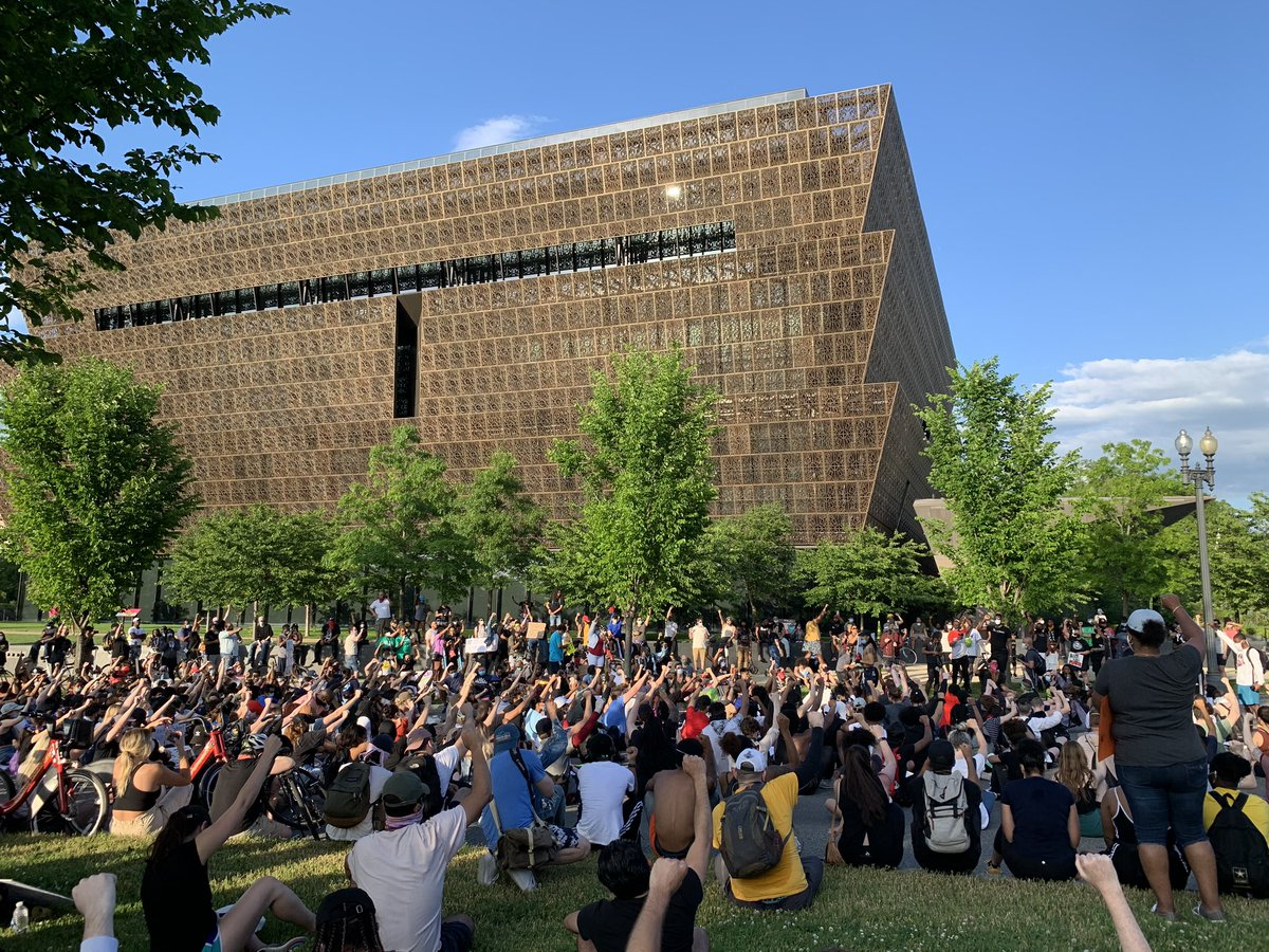 A powerful moment as protestors take a 9 minute moment of silence outside of @NMAAHC in honor of #GeorgeFloyd #BlackLivesMatter #dcprotest https://t.co/G05RihEMtj