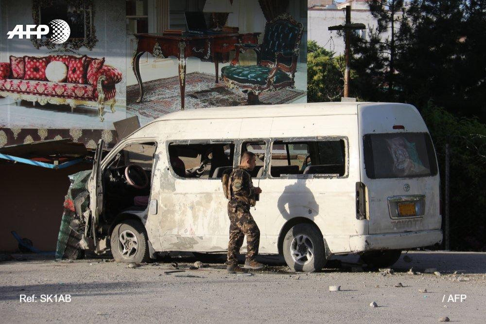 Una bomba mató a dos empleados de una televisión privada afgana este sábado en Kabul, el mismo día en que un alto responsable gubernamental anunció que estaban listos para negociar con los talibanes  Vía @AFPespanol #AFP http://u.afp.com/3Ab9pic.twitter.com/YeSp0UfqwM