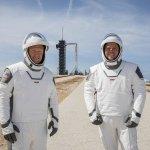 """Image for the Tweet beginning: 當地時間30日,美國宇航局(NASA)商業載人航空計劃首次載人試航發射成功。兩名宇航員搭乘美國太空探索技術公司(SpaceX)的載人""""龍""""飛船,由""""獵鷹9""""火箭於佛羅里達州肯尼迪航天中心39A發射台升入太空,並計劃於美東時間31日下午2時27分與國際空間站對接。"""