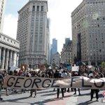 Image for the Tweet beginning: 距非裔美國人 #GeorgeFloyd 因警察暴力執法而致死已過六天,由此引發的示威浪潮蔓延到美國至少34個城市。在事發地明州明尼阿波利斯市,連續多日的示威已呈失控之態。費城、紐約市均有焚燒警車、攻擊警察等行為。還有州和城市發生打砸盜搶,進入緊急狀態。
