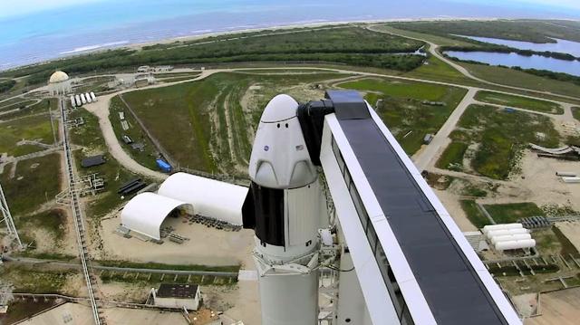 米有人宇宙船打ち上げ成功 シャトル以来9年ぶり宇宙船は、米宇宙企業スペースXが開発したクルードラゴンです。ISSに向かう初の民間有人宇宙船で、同社のファルコン9ロケットで打ち上げられました。飛行士2人は8月上旬までISSに滞在して地球に帰還する予定です。