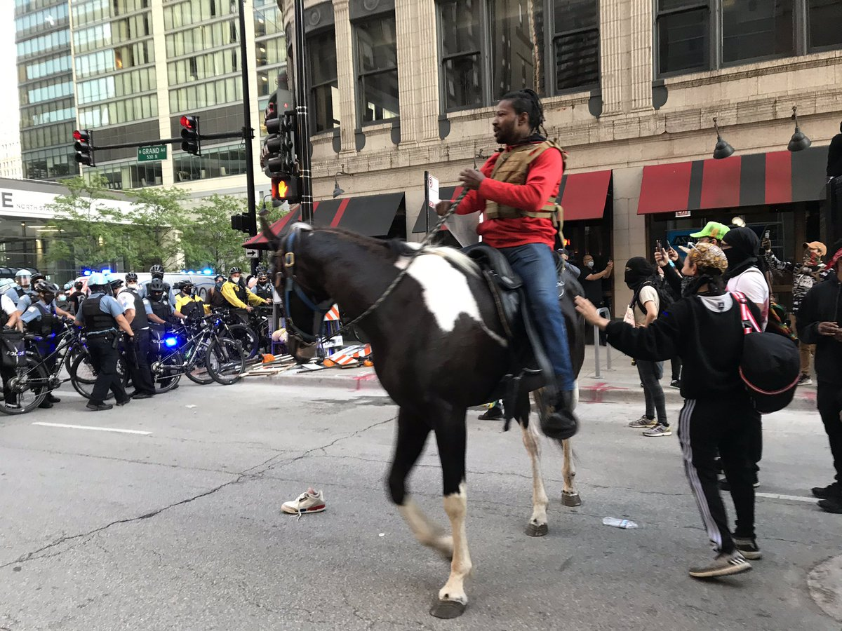 Mounted protester #Chicago #GeorgeFlyod #chicagoprotest @chicagotribune #ChicagoScannerpic.twitter.com/knxh8uwjik