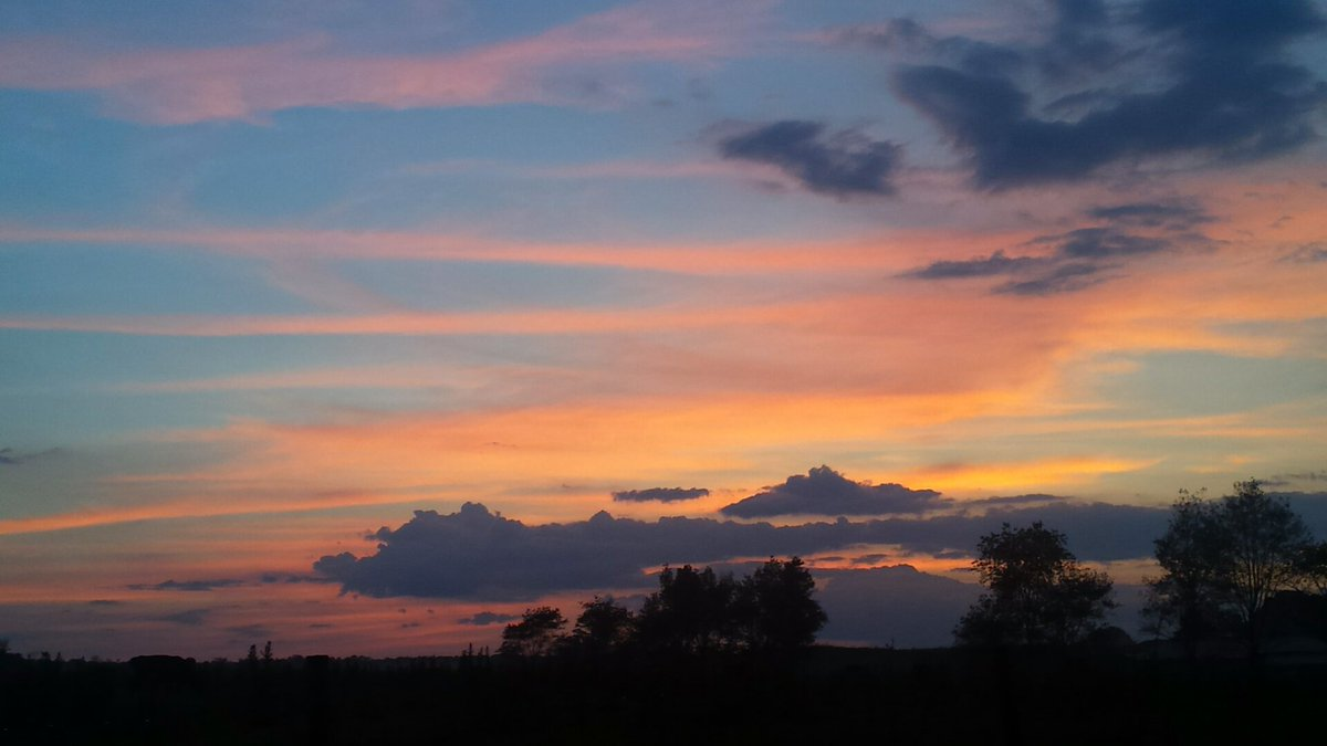 Colorful #sky tonight after an afternoon #rain shower..  pic.twitter.com/1xXqOySzoY