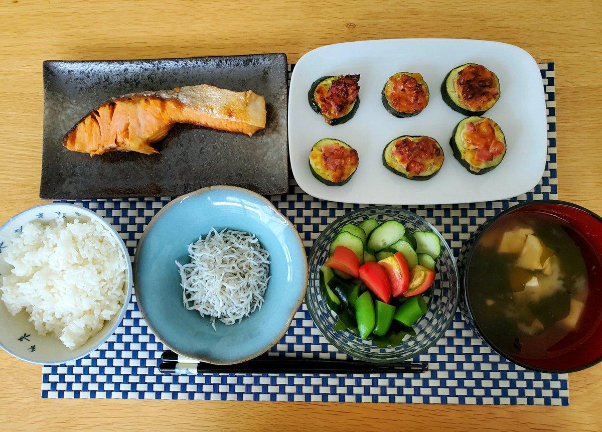 #おうちごはん #朝ごはん #和食  おはようございます 今朝の朝食です 日曜日は定番の塩鮭か干物です  ズッキーニとベーコン、チーズのカリふわ焼き  釜揚げしらす ワカメと生野菜のサラダ ワカメと豆腐の味噌汁  お腹いっぱいいただきましたー  ご馳走さまでした pic.twitter.com/MBc8X6mUc3