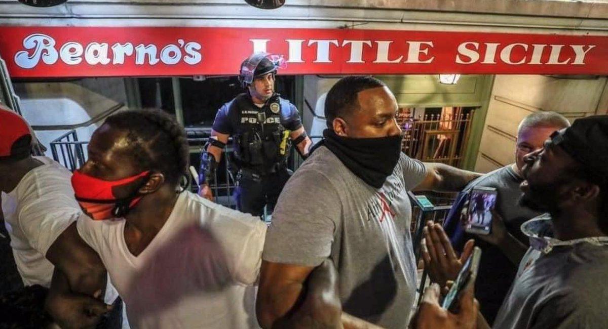 こちらははぐれて一人になってしまった警察官を、群衆から守ろうとする黒人の人たち。