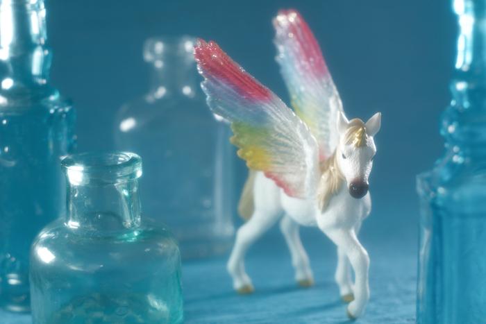 ふふふ、ユニコーンの仔もお迎えしていたのですよ。 レインボーの翼が透けていて、すごく綺麗!!! うおお!Schleichの幻獣、いいね!!!!!  #schleich  #シュライヒ  #ユニコーンpic.twitter.com/WNwA3zfdZv