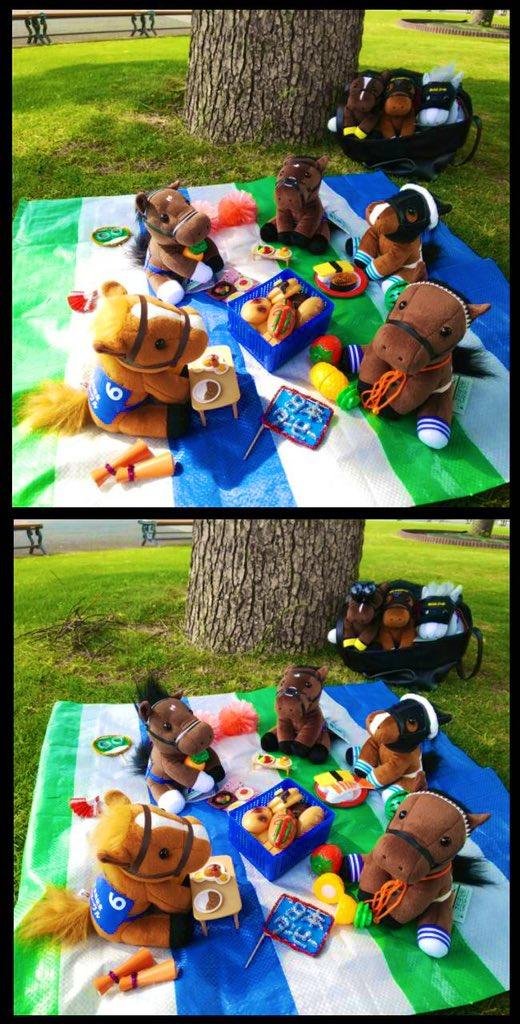 お昼になったところで、歴代ダービー馬たちの応援団は場所を変えていました。お次は芝の上でレジャーシートを広げてランチタイムのようです。 #まちがいさがしin京都競馬場 ピクニック編。まちがいは全部で7箇所です。お楽しみください!