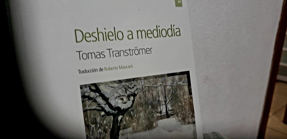 """#leyendo el poemario """"Deshielo a medio día """" del poeta Nóbel de literatura de Tomas Tranströmer en Editorial @nórdica  libros #LeoLuegoExisto pic.twitter.com/e9Q438mUBn"""